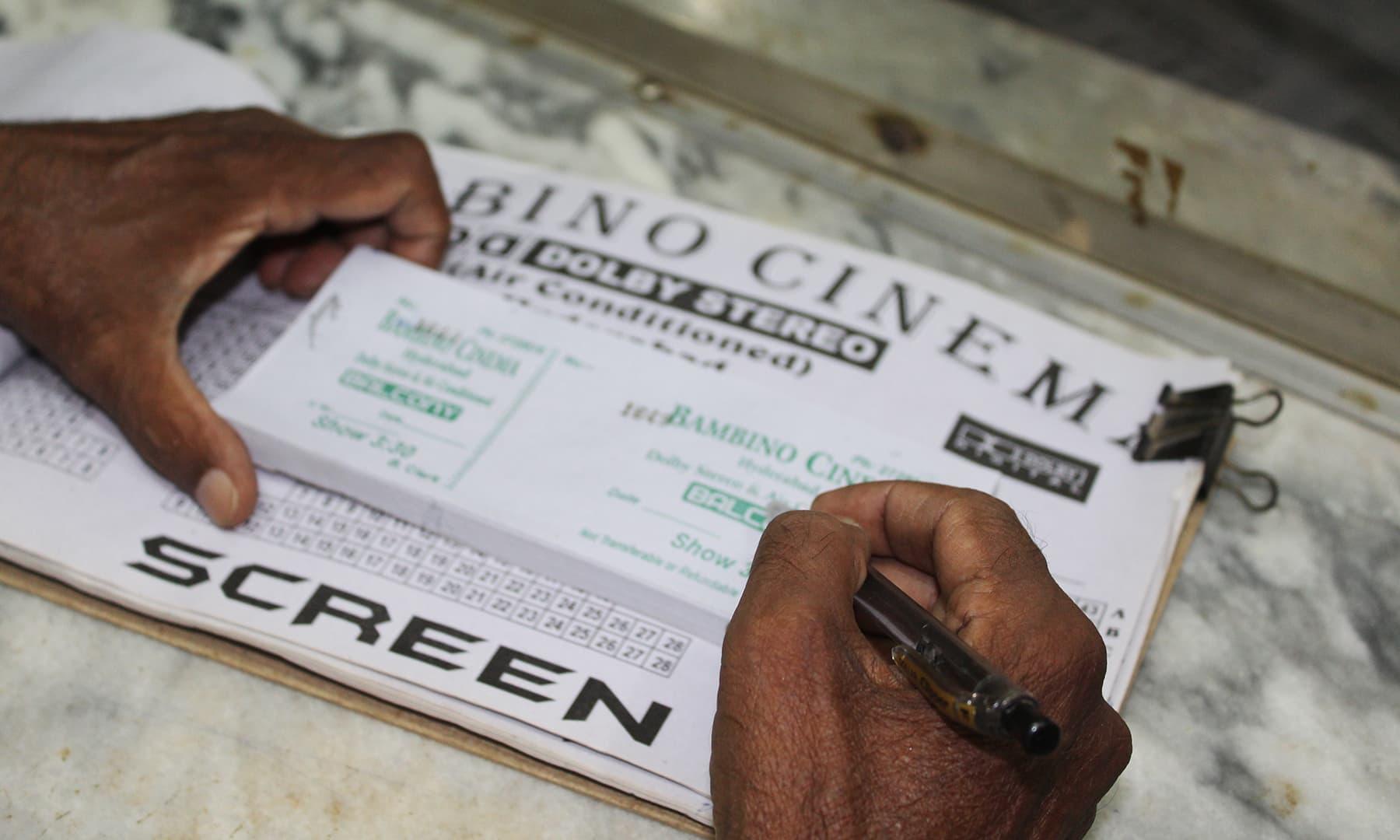 جب سنیما شروع ہوا تو 10 روپے کا ٹکٹ تھا مگر فلم کے ایسے بھی دیوانے تھے جو 100 روپے میں بھی ٹکٹ خرید کرتے تھے—تصویر اختر حفیظ