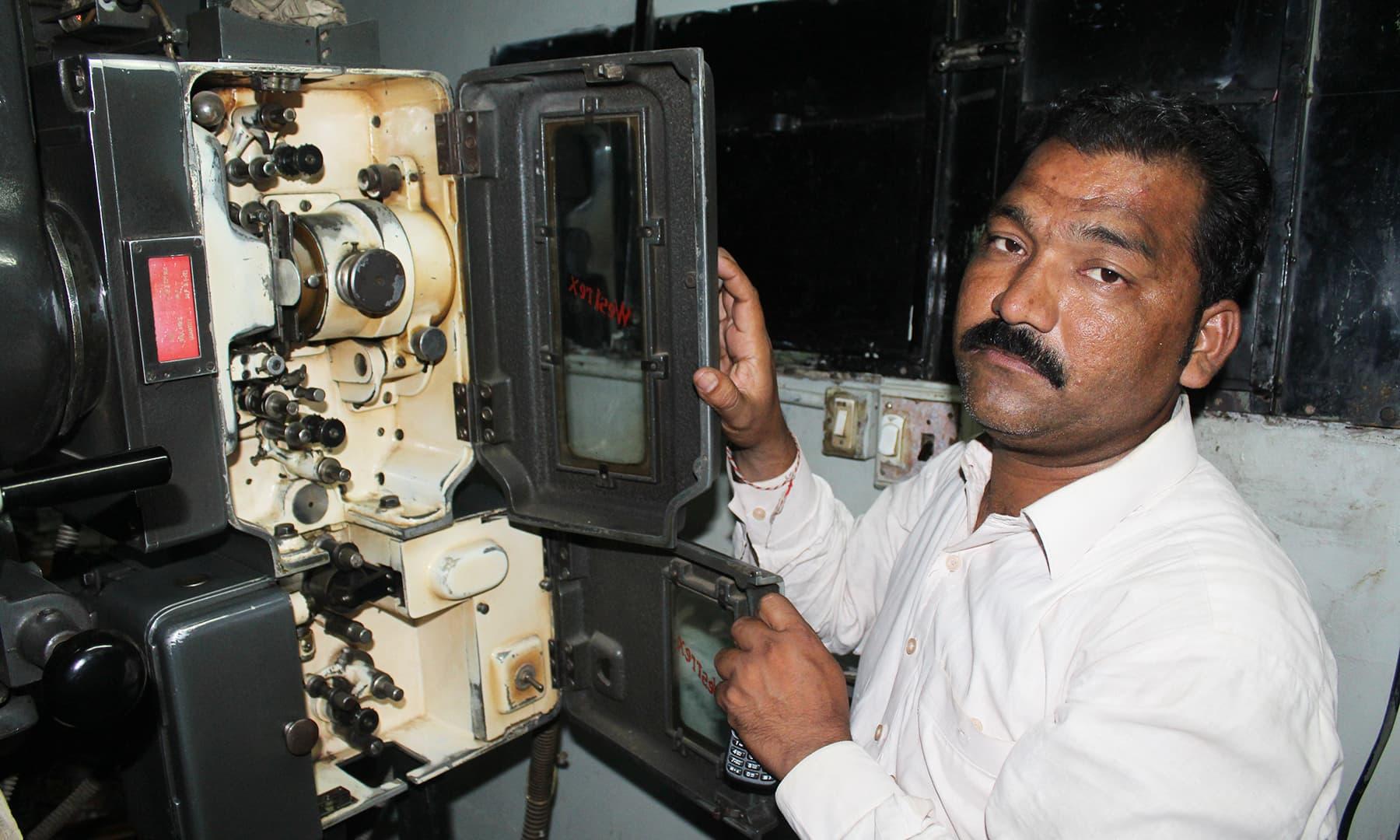 سنیما میں موجود ایک پرانا پروجیکٹر—تصویر اختر حفیظ
