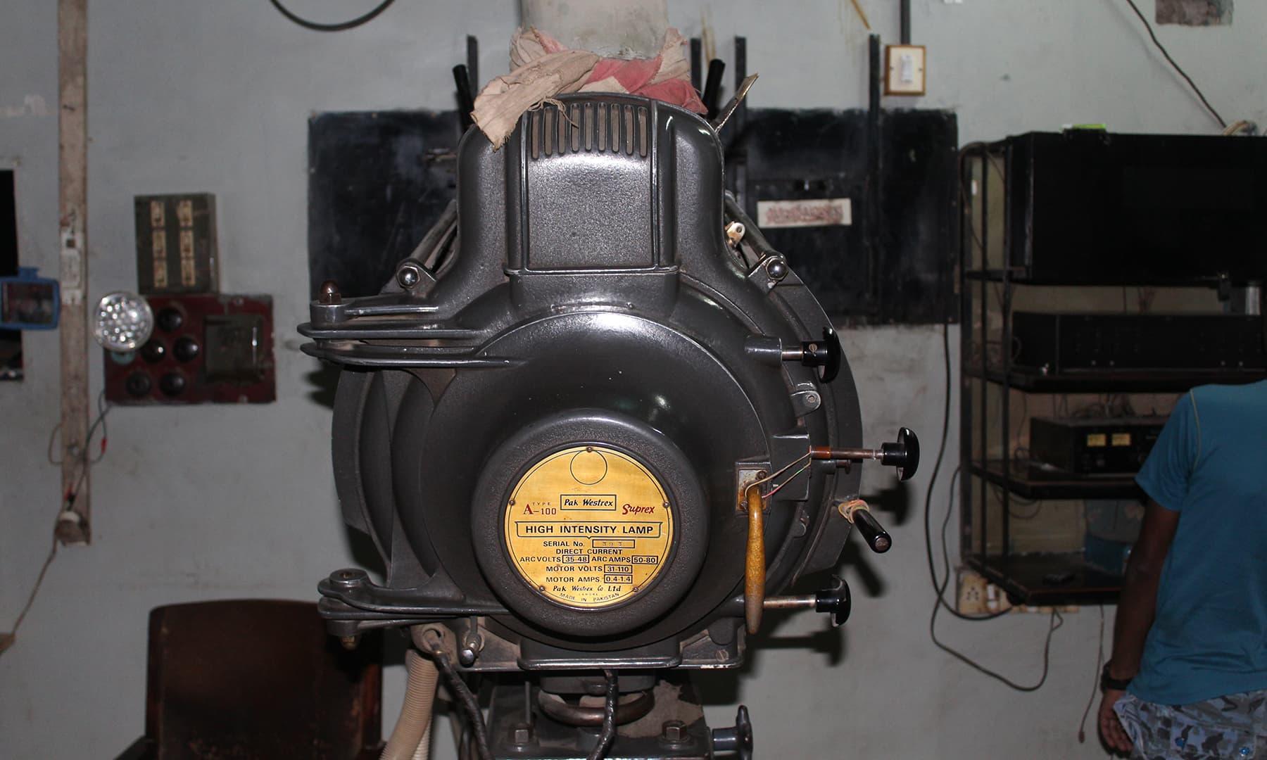 پروجیکٹر پر ریل چڑھا کر فلم کو بڑے پردے پر پیش کیا جاتا تھا مگر اب اس کا استعمال نہیں کیا جاتا—تصویر اختر حفیظ