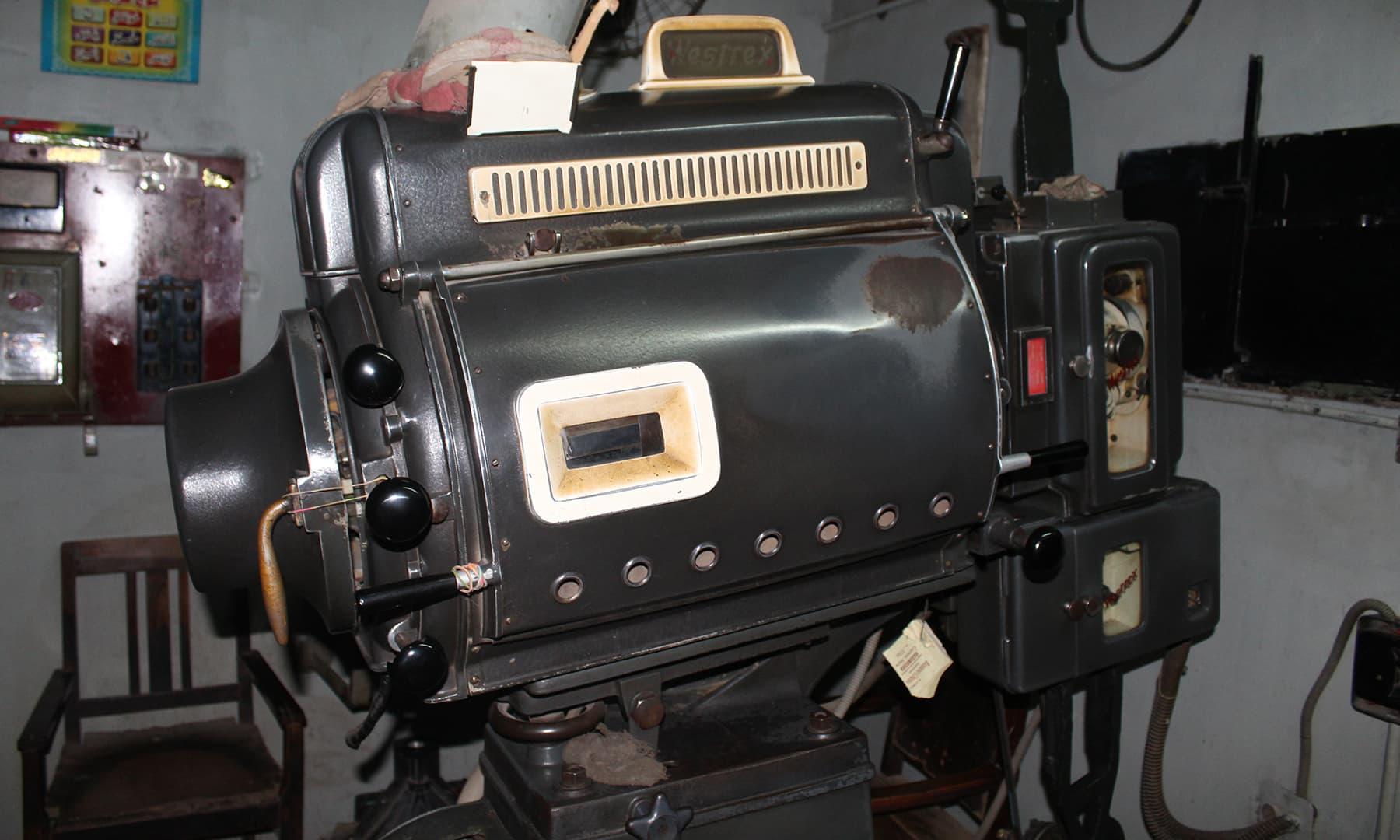 نہ جانے کتنی فلموں کی ریلیں اس پروجیکٹر پر چڑھائی جاچکی ہیں—تصویر اختر حفیظ