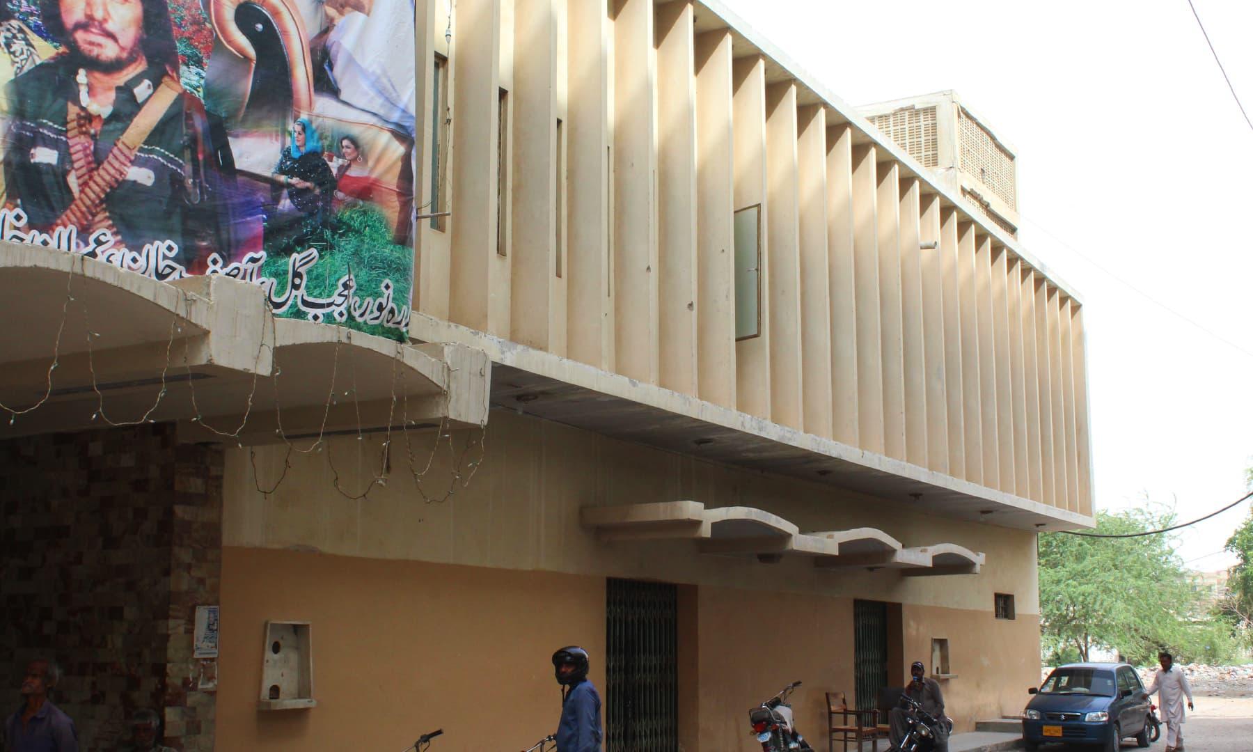 بمبینو حیدرآباد کے ان قدیم سنیما گھروں میں سے ایک ہے جو اپنے زمانے میں عروج کی بلندیوں کو پہنچے—تصویر اختر حفیظ