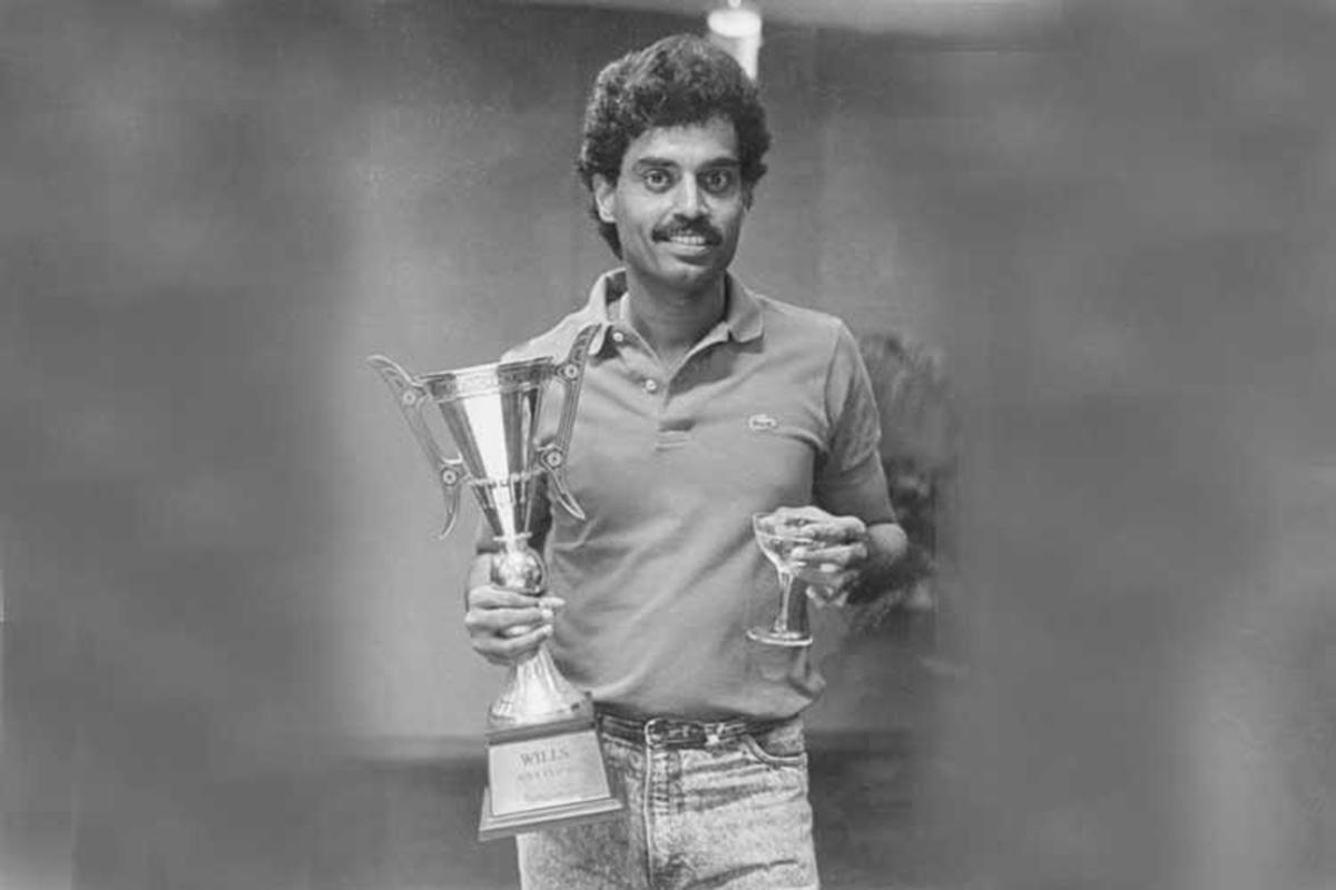 بھارت کے اس وقت کے کپتان دلیپ وینگسرکر ایشیا کپ ٹرافی کے ساتھ — فوٹو ایشیئن کرکٹ کونسل