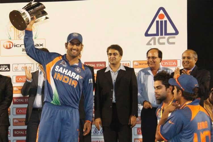 بھارتی کپتان مہیندرا سنگھ دھونی ایشیا کپ 2010ء کی ٹرافی اٹھا رہے ہیں۔ — فوٹو ایشیئن کرکٹ کونسل