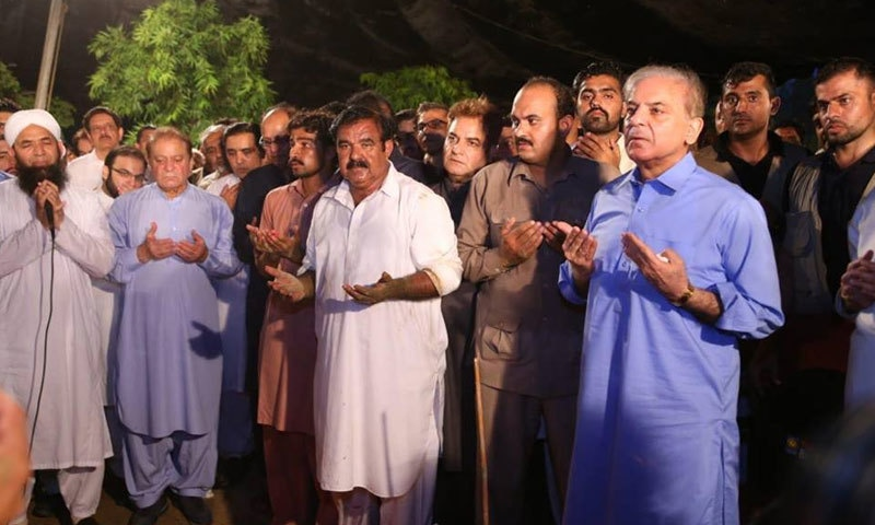 بیگم کلثوم نواز کی تدفین کے بعد دعا کی جارہی ہے — فوٹو: بشکریہ مسلم لیگ (ن)