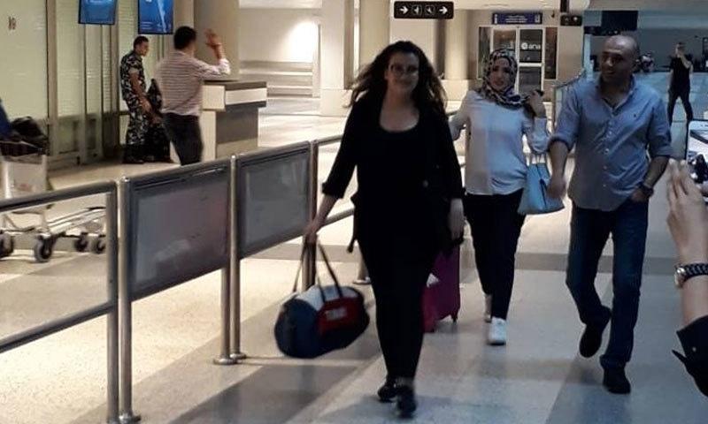 لبنانی خاتون رہائی کے بعد بیروت ایئر پورٹ میں موجود ہیں— فوٹو بشکریہ مونا فیس بک اکاؤنٹ