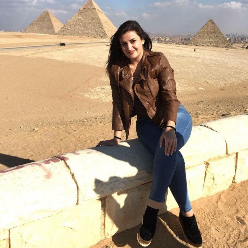 مونا مصر کے دورے کے دوران پیرامٹس کے پاس موجود ہیں — فوٹو بشکریہ مونو فیس بک اکاؤنٹ