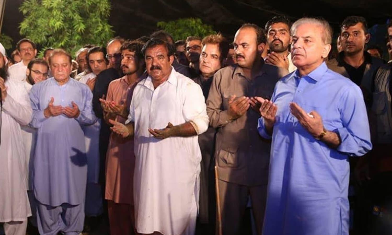 سابق خاتون اول کی تدفین کے بعد دعا کی جارہی ہے — فوٹو: بشکریہ مسلم لیگ(ن)