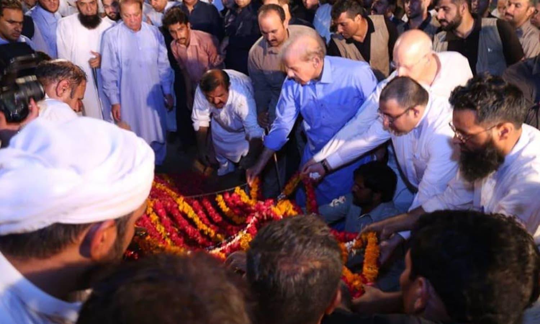 سابق خاتون اول کلثوم نواز کی تدفین کے مناظر — فوٹو: بشکریہ پاکستان مسلم لیگ (ن)