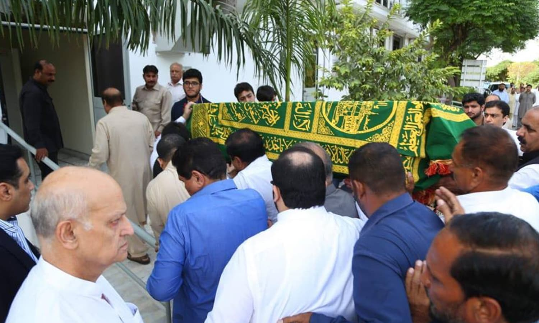 کلثوم نواز کا جسد خاکی جاتی   امرا پہنچایا جارہا ہے — فوٹو: بشکریہ پاکستان مسلم لیگ (ن)