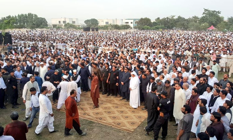 سابق خاتون اول کی نماز جنازہ میں عوام کی ایک بڑی تعداد شریک ہوئی — فوٹو: بشکریہ پاکستان مسلم لیگ(ن)