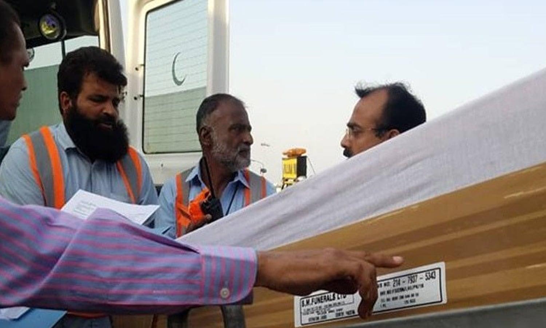 سابق خاتون اول کا جسدِ خاکی پی آئی اے کی پرواز پی کے 458 کے ذریعے لندن سے پاکستان منتقل کیا گیا —فوٹو : ڈان نیوز