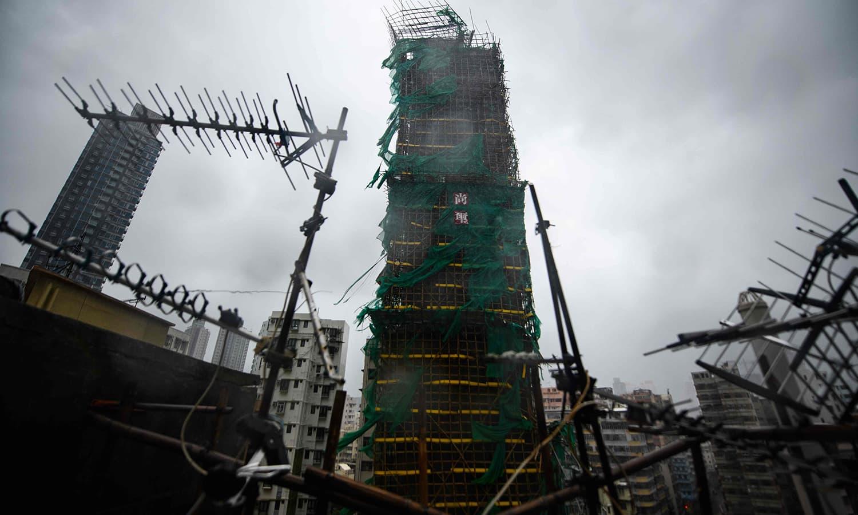 مینگ کھٹ طوفان سے زیرِ تعمیرعمارت متاثر — فوٹو : اے ایف پی