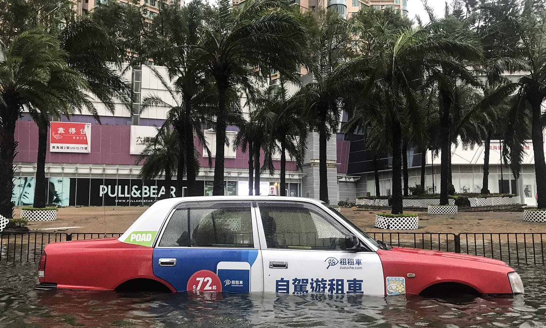 مینگ کھٹ طوفان سے ہانک کانگ اور چین کے کئی علاقے زیر آب آگئے — فوٹو : اے ایف پی