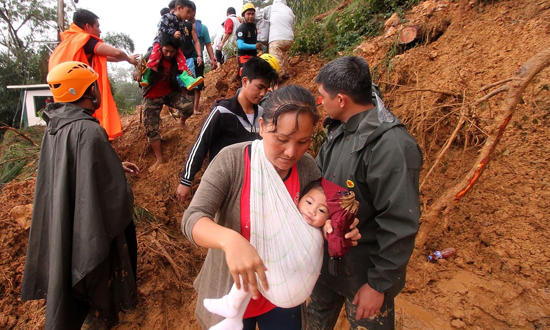 طوفان کی وجہ سے سینکڑوں افراد نقل مکانی پر مجبورہیں—  فوٹو : اے ایف پی