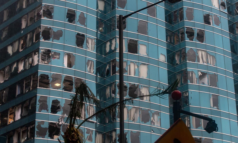 ہانگ کانگ میں طوفان سے عمارتوں کے شیشے ٹوٹ گئے —فوٹو : اے ایف پی