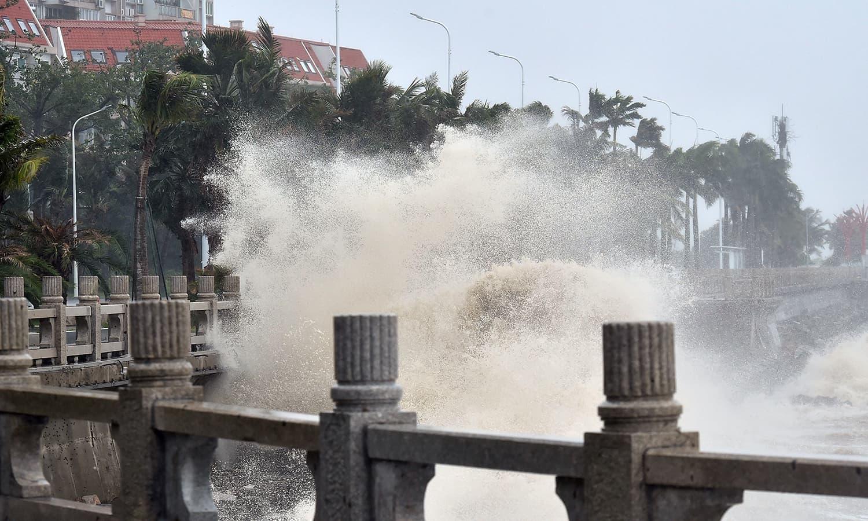 چین کے جنوبی صوبے ہواڈانگ میں طوفان کا ایک منظر — فوٹو :ا ے پی