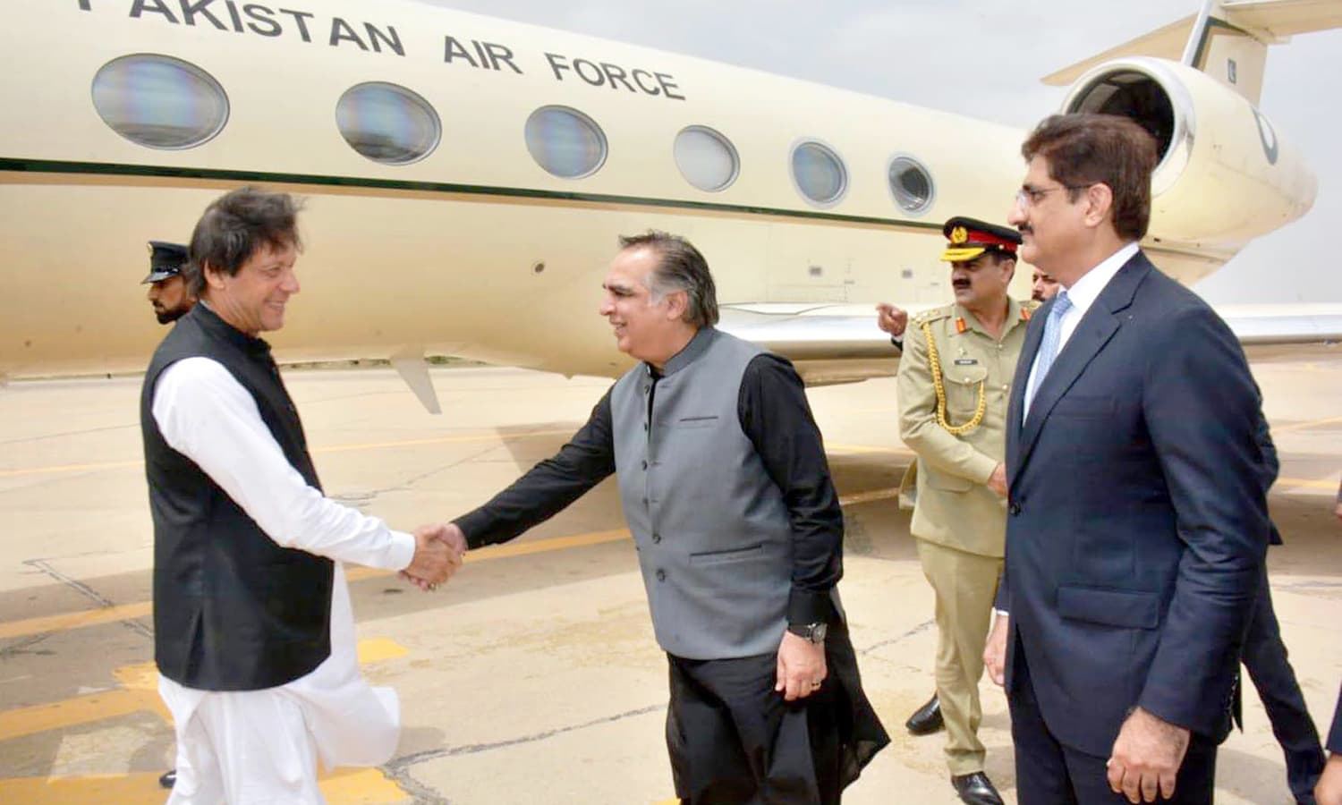 PM Imran Khan being received by Governor Sindh Imran Ismail and Chief Minister Sindh Syed Murad Ali Shah upon arrival in Karachi. —APP
