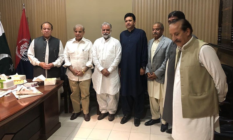 Nawaz Sharif, Shahbaz Sharif, Raheel Munir, Mehtab Khan and Murtaza Javed Abbasi in the Jail Superintendent's room.