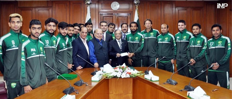 ISLAMABAD: A delegation of the Pakistan Football Federation presenting a cheque for Rs1.2 million to  Chief Justice of Pakistan Mian Saqib Nisar as donation to Diamer-Basha and Mohmand dams fund.—INP