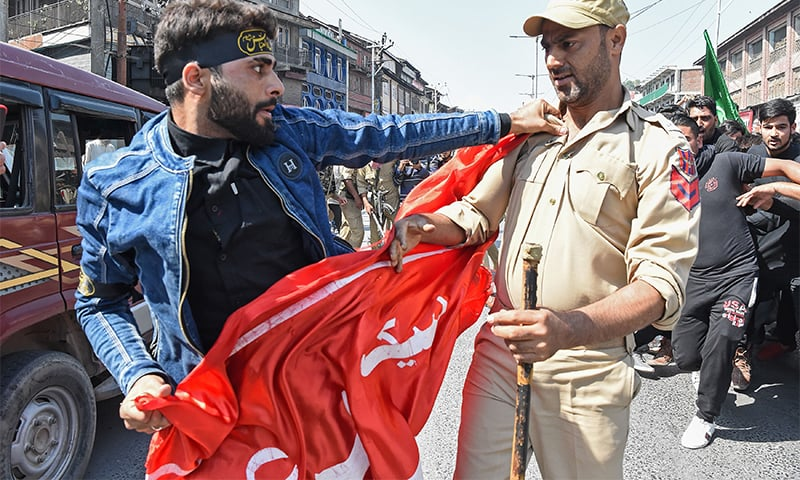A Kashmiri Shia is detained by Indian police as devotees defy restrictions for a Muharram procession in Srinagar on September 21, 2018. ? AFP