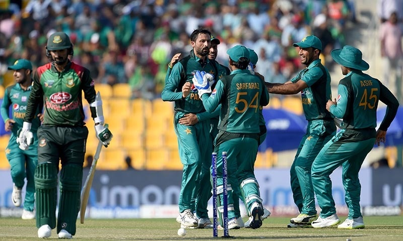 Pakistan cricketer Junaid Khan (C) celebrates with teammates after he dismissed Bangladesh batsman Liton Das (L) — AFP