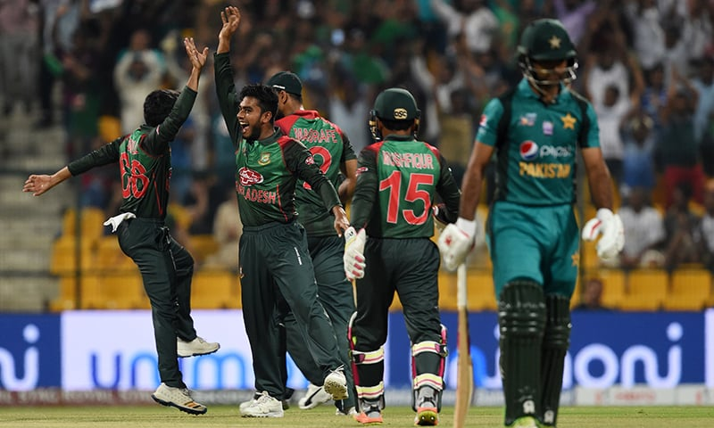 Bangladesh cricketer Mehidy Hasan Miraz (2L) celebrates with his teammates after he dismissed Pakistan batsman Fakhar Zaman (R) during the one day international (ODI) Asia Cup cricket match between Bangladesh and Pakistan at the Sheikh Zayed Stadium. — AFP