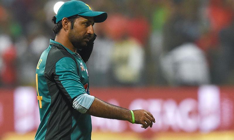 سرفراز احمد بنگلہ دیش کے خلاف میچ کے بعد حریف ٹیم کے کھلاڑیوں سے مصافحہ کرنے جارہے ہیں — فوٹو، اے ایف پی