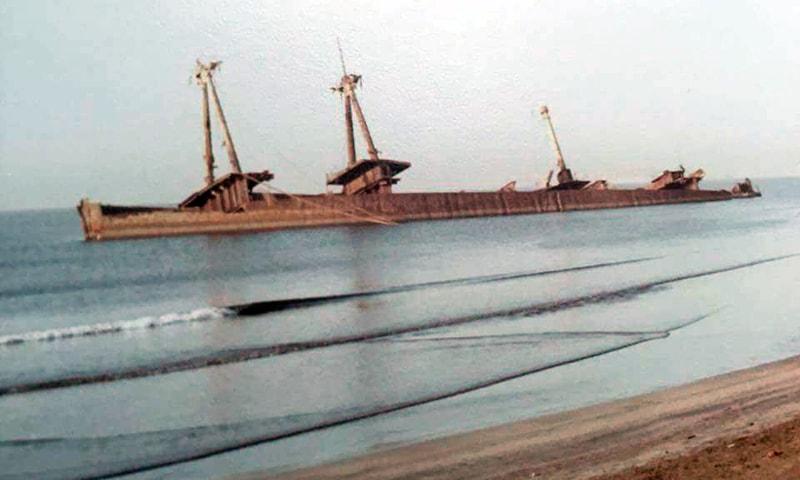 70 یا 80ء کی دہائی میں یہاں ساحل پر پانی میں نصف ڈوبا ہوا ایک پرانا متروک اور زنگ آلود بحری جہاز بھی ٹیڑھا پڑا ہوتا تھا