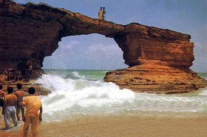 پیراڈائز پوائنٹ پر ساحلی پہاڑیوں میں پتھر کی ایک بلند و بالا قدرتی محراب ہوا کرتی تھی