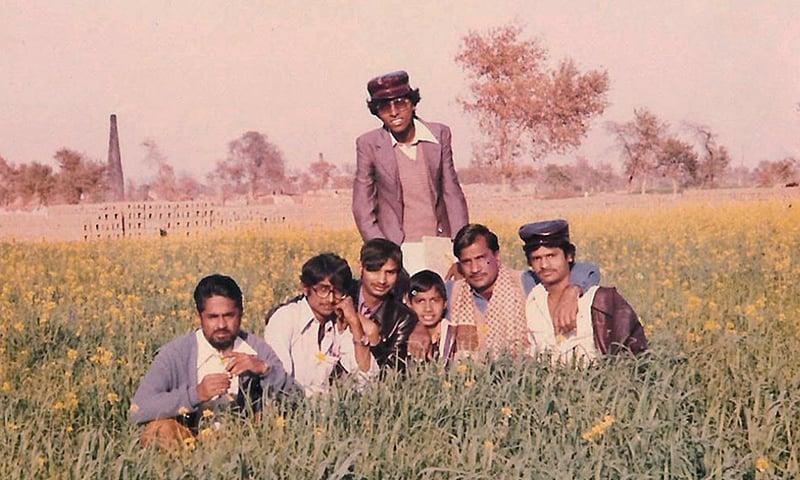 لاہور میں دوستوں اور اساتذا کے ساتھ گروپ فوٹو—تصویر عبیداللہ کیہر