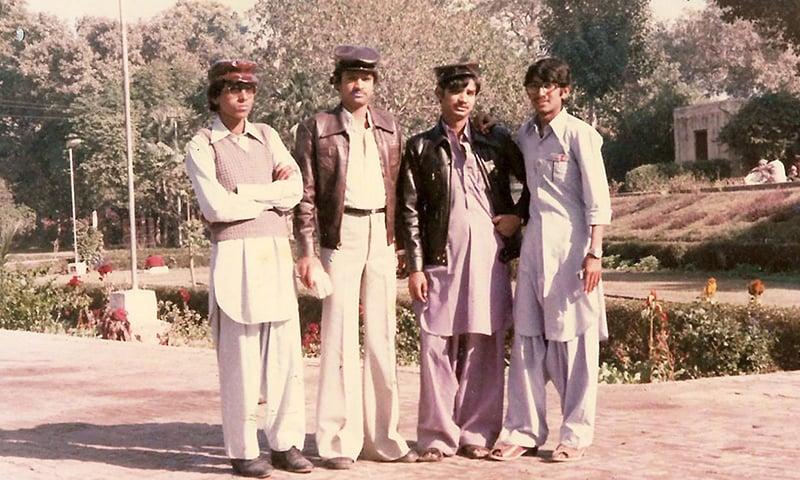 لاہور میں کلاس فیلوز کے ساتھ گروپ فوٹو—تصویر عبیداللہ کیہر