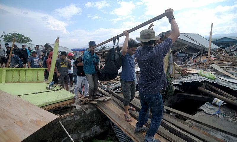 سونامی کے بعد لوگوں کو محفوظ مقامات پر منتقل کیا جارہا ہے—فوٹو : اے ایف پی