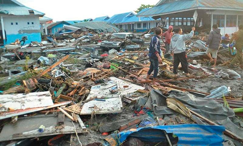 انڈونیشیا میں زلزلے اور سونامی سے شدید تباہی —فوٹو : اے پی