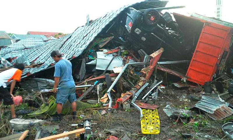 سونامی کے نتیجے میں کئی گھر تباہ —فوٹو : اے پی