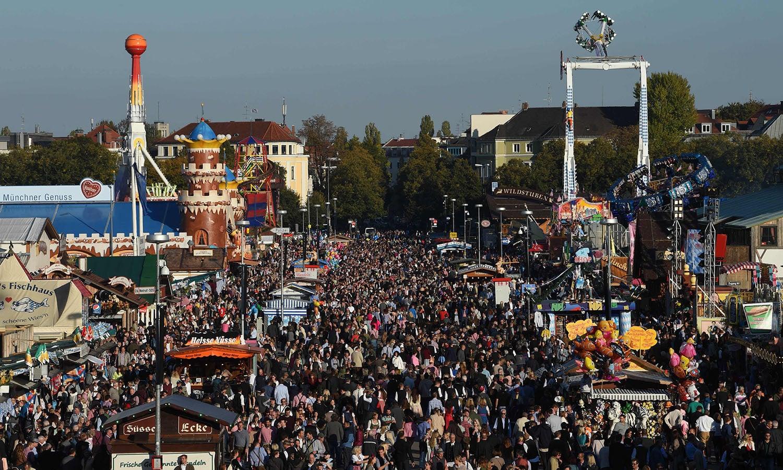 مقامی آبادی اکتوبر فیسٹ کو ویزن بھی کہتی ہے، اس کی وجہ وہ میدان ہے جہاں یہ فیسٹیول منعقد کیا جاتا ہے، جو تھیریسین ویزے کہلاتا ہے — فوٹو : اے ایف پی