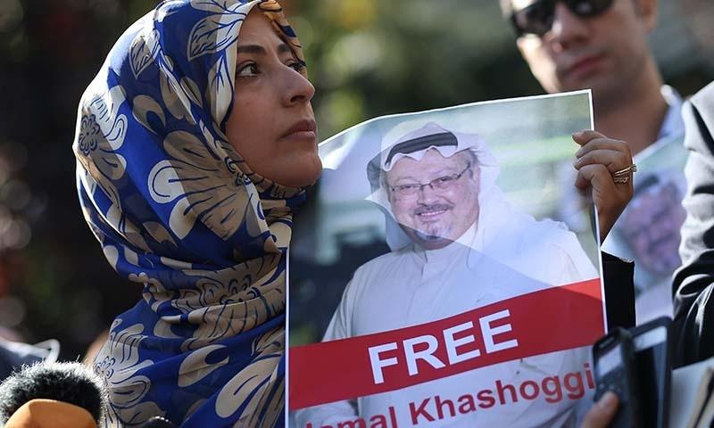 سعودی خاتون نم آنکھوں کے ساتھ استنبول میں قائم سعودی سفارتخانے کے باہر احتجاج کر رہی ہیں — فوٹو: اے پی
