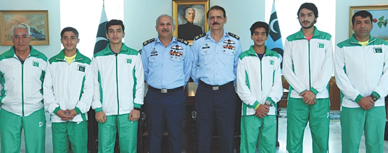 ISLAMABAD: Medal winners  of the Asian Junior Individual Squash Championship pose alongside Chief of the Air Staff Air Chief Marshal Mujahid Anwar Khan (fourth L) at the Air Headquarters on Tuesday.—Tanveer Shahzad/White Star