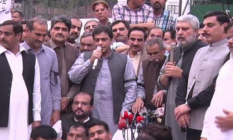 حمزہ شہباز پنجاب اسمبلی کے باہر اپوزیشن احتجاج سے خطاب کررہے ہیں —فوٹو : ڈان نیوز