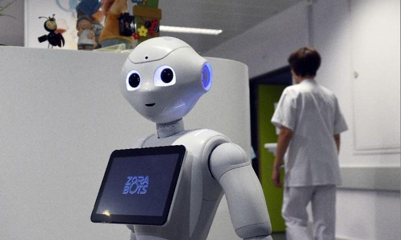 برطانیہ کے متعدد آفس میں روبوٹ میزبانی کے فرائض انجام دیتے ہیں—فوٹو: اے ایف پی