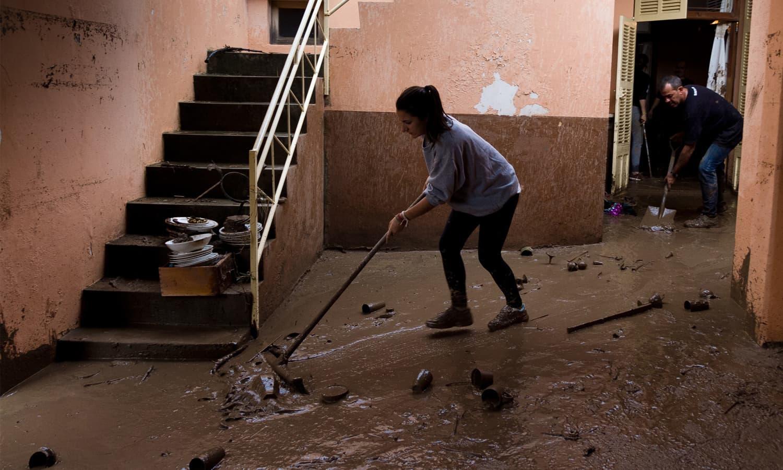 کیچڑ کا ریلا شہریوں کے گھروں میں داخل ہو گیا— فوٹو: اے ایف پی