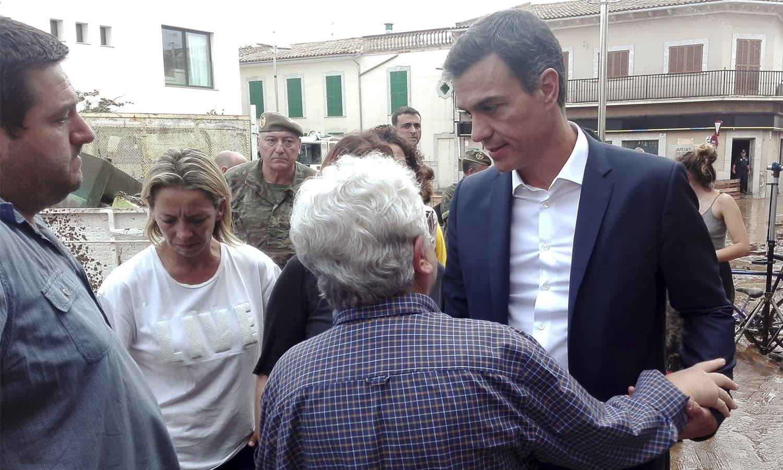 ہسپانوی وزیراعظم متاثرین سے ملاقات کررہے ہیں—فوٹو: اے ایف پی