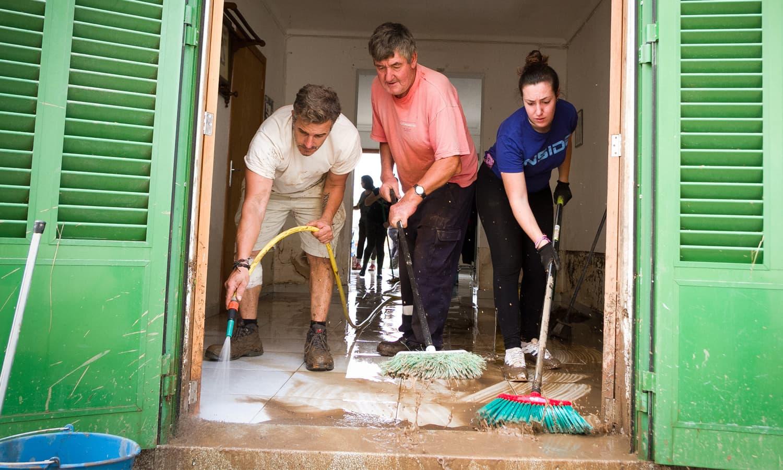 شہری اپنی مدد آپ کے تحت اپنے گھروں کی صفائی میں مصروف رہے — فوٹو: اے ایف پی