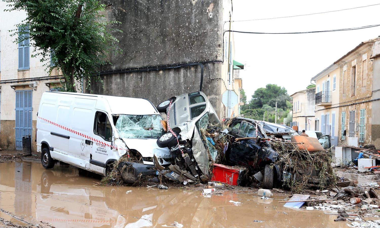 مالوروکا میں بارش اور مٹی کے ریلے کے نتیجے میں ہونے والی تباہی کا ایک منظر — فوٹو:اے ایف پی