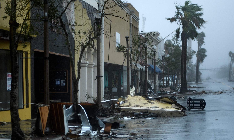 میامی میں طوفان کے باعث سڑکیں زیر آب آگئی ہیں — فوٹو: اے ایف پی