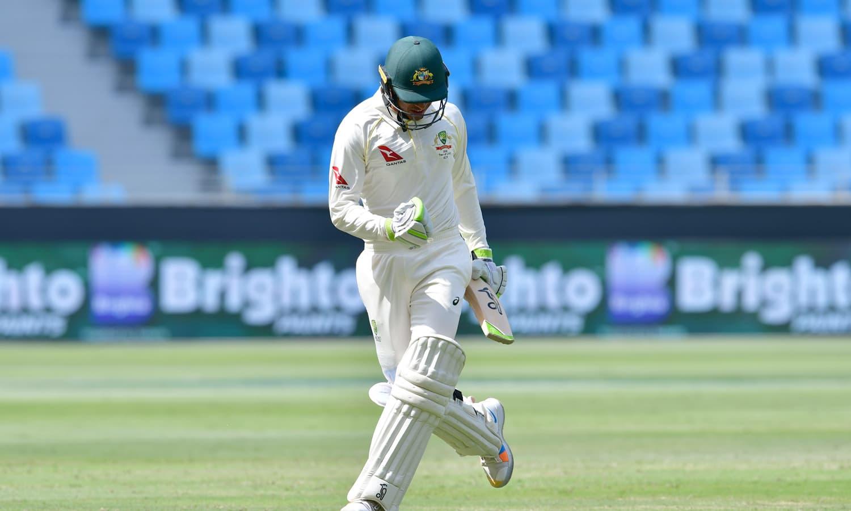 عثمان خواجہ کا ٹیسٹ کرکٹ میں 7ویں سنچری اسکور کرنے کے بعد ایک انداز، انہوں نے 141رنز کی اننگز کھیلی— فوٹو: اے ایف پی