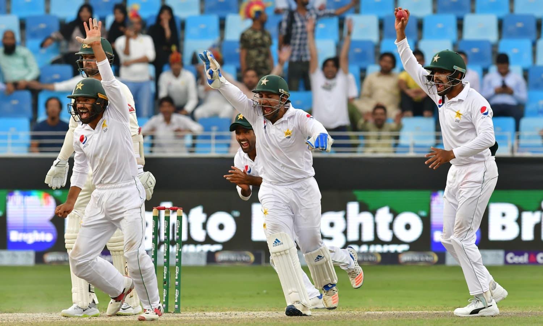 پانچویں دن کے اختتامی مراحل میں پاکستانی کھلاڑی نیتھن لایون کے خلاف کیچ کی ناکام اپیل کررہے ہیں— فوٹو: اے ایف پی