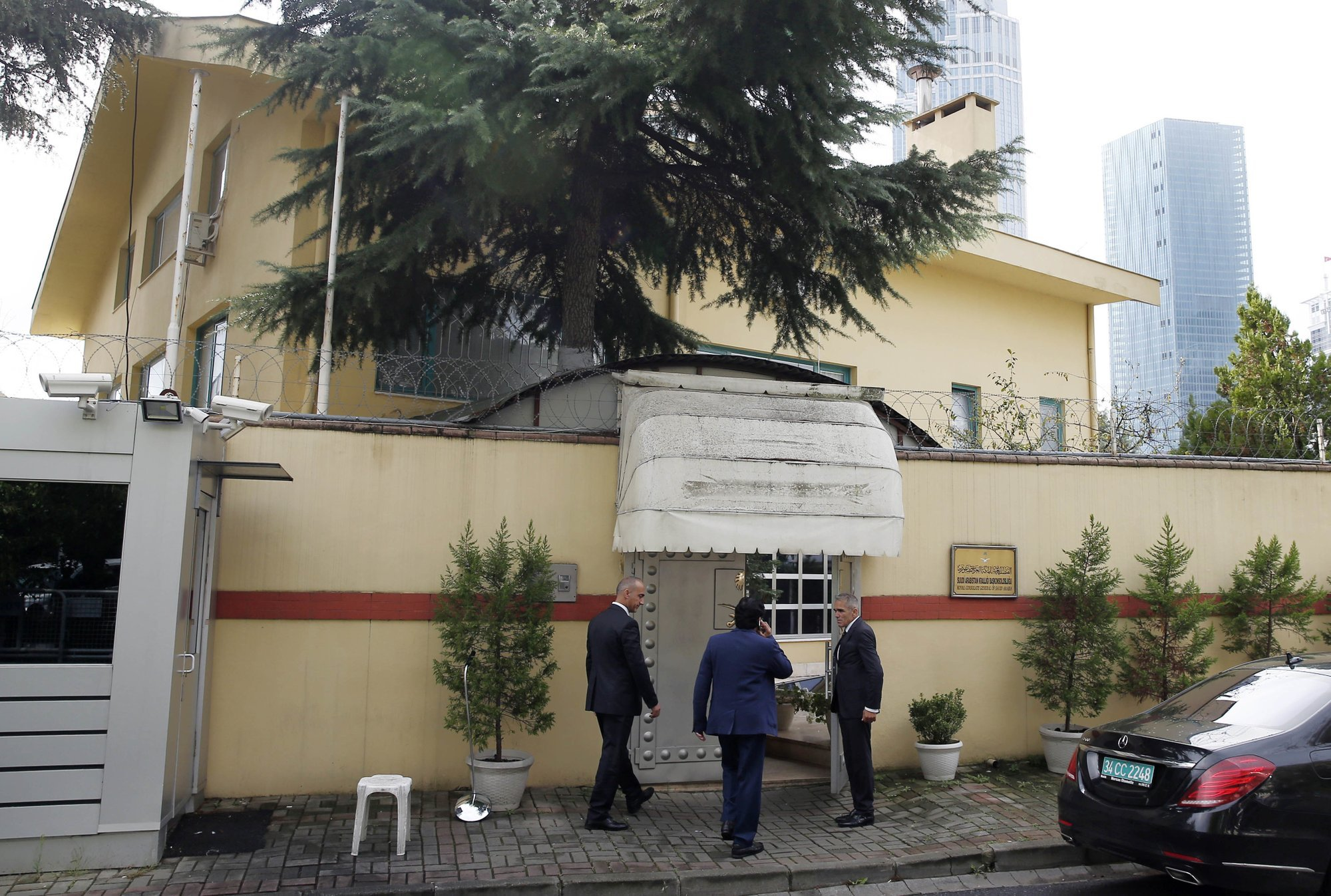 Saudi officials enter Saudi Arabia's consulate in Istanbul on Friday, Oct 12. ─ AP