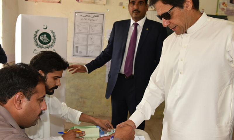 عمران خان نے این اے 53 میں ووٹ ڈالا— فوٹو: ڈان نیوز
