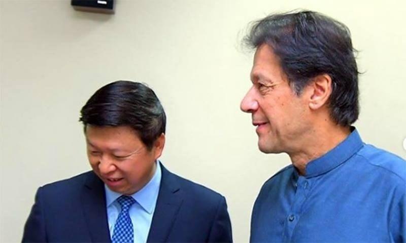 وزیرِ اعظم عمران خان کمیونسٹ پارٹی سے تعلق رکھنے والے چینی وزیر برائے بین الاقوامی امور سونگ تاؤ کے ہمراہ — فوٹو بشکریہ عمران خان