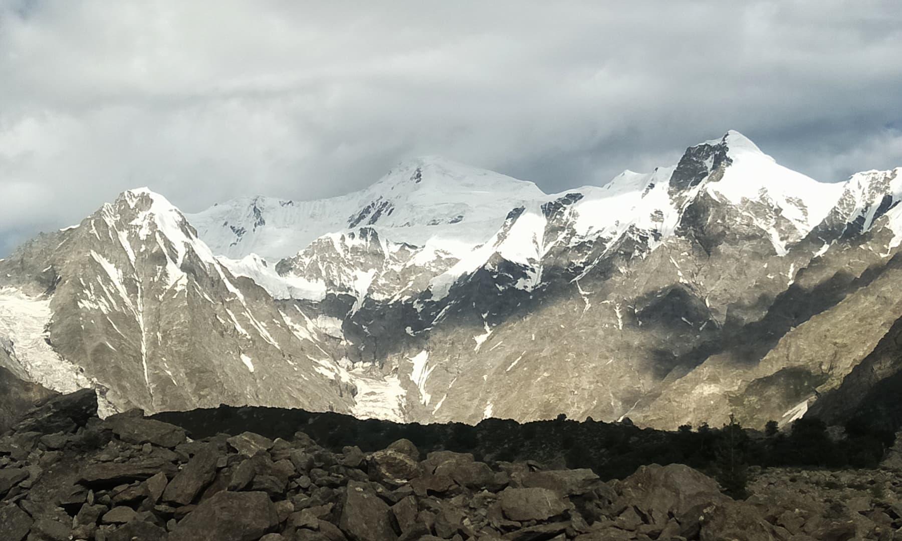 نانگا پربت کی چوٹیوں کا خوبصورت منظر— تصویر عظمت اکبر